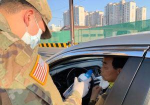 """""""La prueba del vinagre"""": Militares de EEUU aplican un test para detectar el coronavirus sin fiebre"""