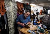 ¡El grito de la moda en cuarentena! Creó mascarillas con pieles de dos animales exóticos (Fotos)