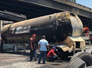 Así quedó la gandola que explotó en la autopista Francisco Fajardo #23May (Foto y Video)