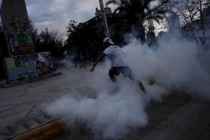 Un muerto y un bus quemado en una nueva noche de protestas en Chile por la pandemia