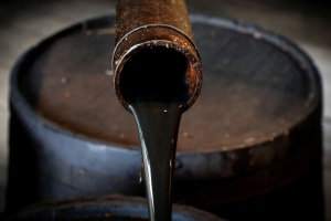 Petróleo en ligera alza en mercado expectante