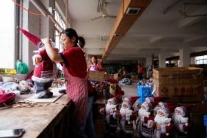Coronavirus arruina la alegría estacional en centro de producción navideña de China