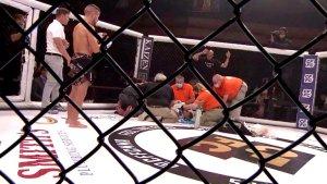 ¡Susto! Un luchador de la MMA quedó inconsciente durante 15 minutos en el octágono tras un brutal golpe (VIDEO)