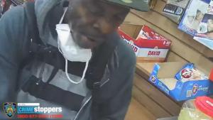 Para robarlo, delincuente estranguló a un anciano en el baño de una tienda en El Bronx