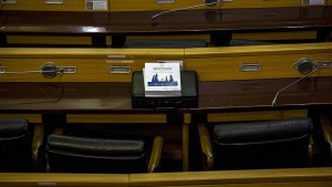 Pillaron infraganti a un diputado tailandés viendo porno en plena reunión sobre el presupuesto (Fotos)
