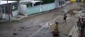 Nueva crecida del río en El Limón aterroriza a los vecinos (VIDEOS)