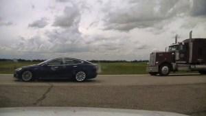 ¡Insólito! Policía detuvo un tesla porque su conductor se quedó dormido a 140 km/h