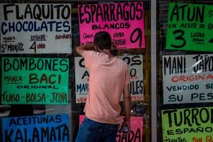 Al venezolano le sale más caro pagar en bolívares que en dólares