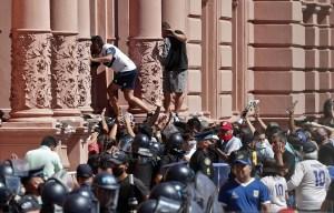 Entre el caos y la tristeza, Argentina y el mundo despidieron a Diego Armando Maradona