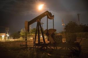 Remontada del crudo pisa el freno por señales de más suministros y dudas sobre demanda