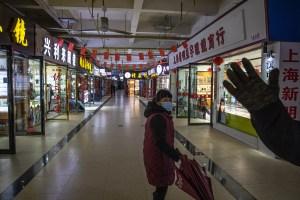 China mantiene confinamientos selectivos y test masivos para frenar rebrotes