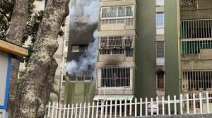 Se registra fuerte incendio en edificio de El Cafetal #25Ene (VIDEO)