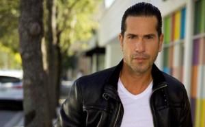 ¡Éjeleeeee! Sin ropa interior, este actor colombiano mostró cómo riega las plantas de su jardín