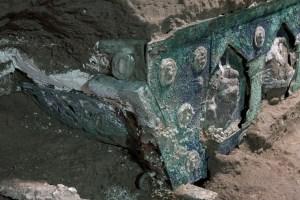 Arqueólogos descubren un antiguo carruaje ceremonial cerca de Pompeya