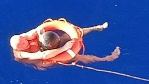 La travesía de un hombre que sobrevivió en el mar con un pedazo de basura