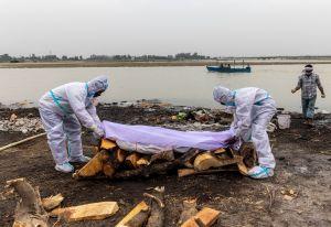 India coloca red en el Ganges para rescatar a los muertos de Covid-19