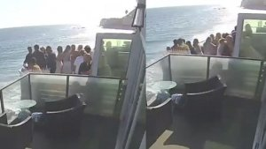 El aterrador momento en el que un balcón lleno de gente cae al vacío en Malibú (VIDEO)