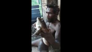 ¡QUÉ! Encontraron en las Islas Salomón una enorme rana… ¡del tamaño de un bebé humano! (VIDEO)