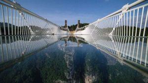 ¡SUSTO! Un turista quedó atrapado en un puente al desprenderse los paneles de vidrio que tenía como base (Video)