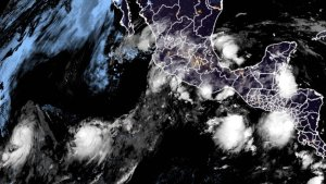 Tormenta tropical Carlos avanza por el Pacífico lejos de las costas mexicanas