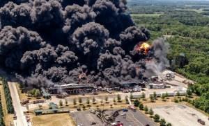 En imágenes: Fuerte explosión en planta industrial de EEUU
