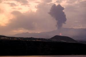 Tras una breve calma, vuelve a entrar en erupción el volcán de La Palma (IMÁGENES)