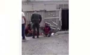 ¡Indignante e inhumano! Capturan EN VIDEO a un funcionaron de la GNB pateando a un detenido en Barquisimeto