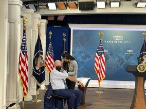 Biden recibió la dosis de refuerzo de la vacuna contra el Covid-19 (VIDEO)