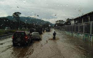 Caracas se anegó nuevamente tras fuertes lluvias con descargas eléctricas (Videos)