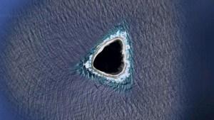 """Internautas encuentran un """"agujero negro"""" en medio del océano a través de Google Maps (IMAGEN)"""