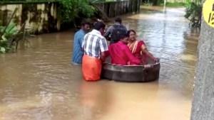 Pareja llegó a su boda en una gran olla debido a las masivas inundaciones en India (VIDEO)