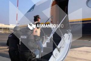 Armando Info: FOTO inédita de Alex Saab esposado y con chaleco abordando el avión que lo llevó a Miami